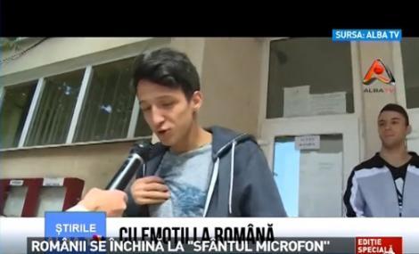 """VIRALUL BAC-ULUI 2015: Râzi cu lacrimi! Un tânăr s-a închinat la """"Sfântul Microfon"""", după ce a ieșit de la examen"""