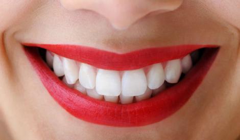 Dentiștii nu vor să afli ASTA! Uite cum să îți albești dinții acasă, cu un ingredient din bucătărie! Toți te vor invidia!