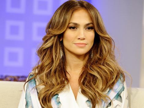 FOTO! Wow, ce decolteu! Îndrăzneața Jennifer Lopez a făcut senzație pe covorul roșu