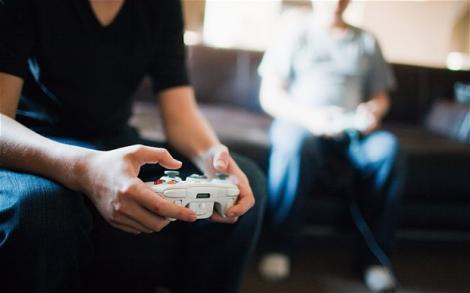 Și-a drogat iubita ca să se poată juca în continuare jocuri video! Uite cum a păcălit-o!