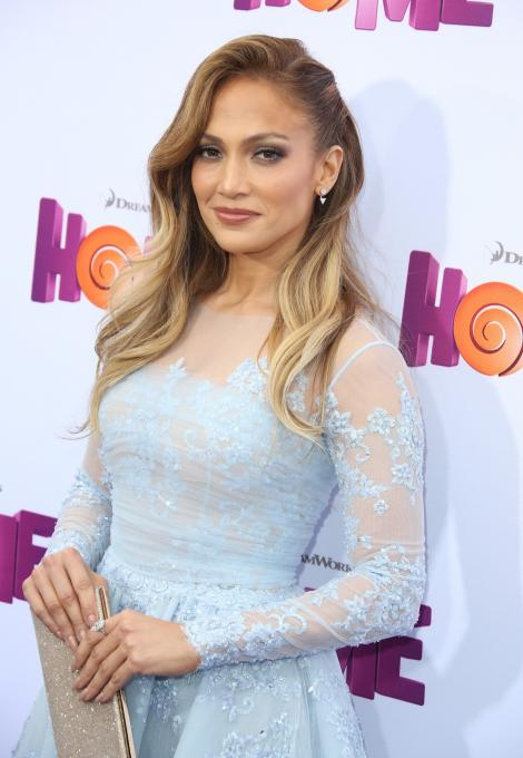 Jennifer Lopez şi-a schimbat radical look-ul! S-a tuns scurt şi a renunţat la pletele blonde! O mai recunoşti?