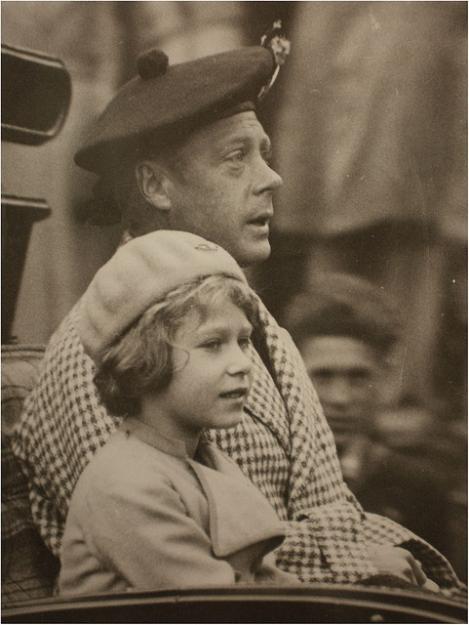 """Palatul Buckingham, """"dezamăgit"""" de publicarea imaginilor cu viitoarea regină, efectuând salutul nazist la șase ani"""