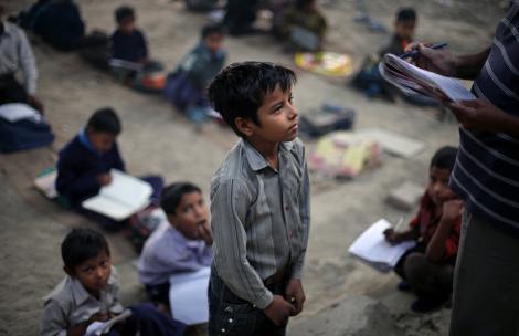 Atât de sărac, încât merge cu un carton pe post de ghiozdan! Un puști a dat lumii cel mai puternic exemplu de voință și ambiție!