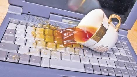Ce faci dacă ai vărsat apă sau suc pe laptop! Ingredientul minune din bucătărie care te ajută să-l salvezi instant