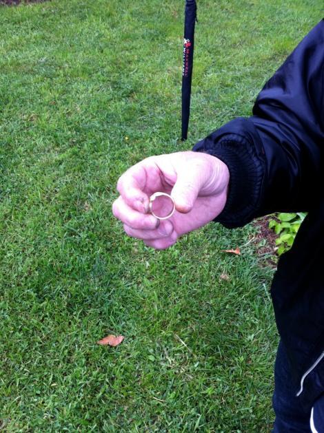 Un copil era la pescuit când a prins în plasă un inel de aur! Dar ceea ce a urmat este de-a dreptul surprinzător!
