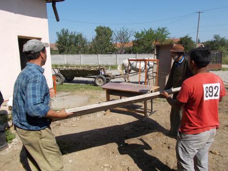 """Start pentru renovare la școala """"Prof. Dr. Ioan Cerghi"""" din Hârseni, județul Brașov, în cadrul proiectului Ajută un sat. Schimbă o țară"""