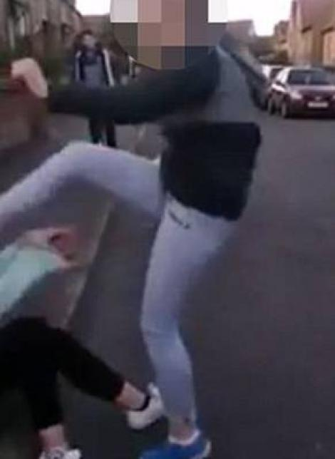 Video ŞOCANT! O puştoaică de 15 ani a fost snopită în bătaie şi umilită de o colegă! Cum s-a încheiat incidentul