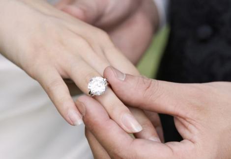 Aşa îţi pune inelul pe deget! Cum să-ţi faci iubitul să te ceară în căsătorie, în funcţie de zodie