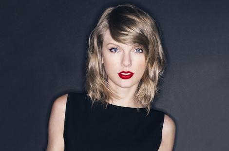 VIDEO: A vrut să facă senzaţie la Gala VMA, dar s-a făcut de râs! Gestul şocant făcut de cântăreaţa Taylor Swift în timp ce se afla pe scenă