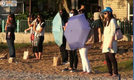 Tot mai multe femei stau și se uită ore-n șir la soare! Motivul este de-a dreptul șocant!