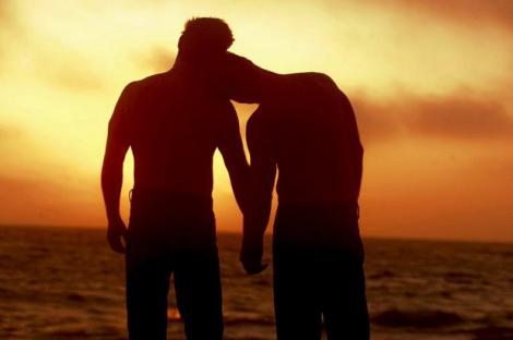 FOTO: Doi bărbaţi celebri, prinşi în timp ce se sărutau pasional! Nimeni nu se aştepta la aşa ceva