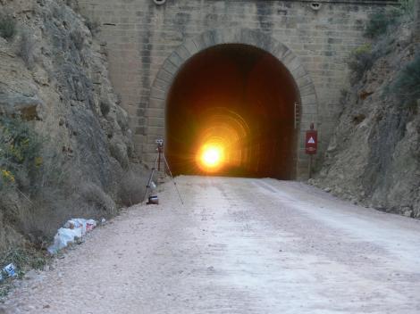 VALDEALGORFA, locul unde luminița de la capătul tunelului se vede de două ori pe an. Soarele răsare printr-un culoar lung de 2,4 kilometri