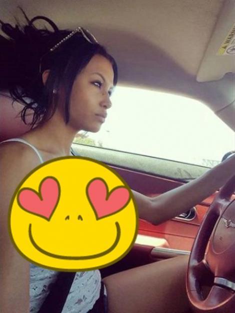 FOTO: A surprins-o în cel mai intim moment! Cea mai sexy șoferiță i-a înnebunit pe toți cu decolteul ei incendiar