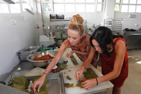 """Flavia de la """"Neața"""" și Margherita de la Clejani au învățat să facă sarmale de la Sorin Bontea: chef-ul le-a dat să facă nu mai puțin de 800 de sărmăluțe"""