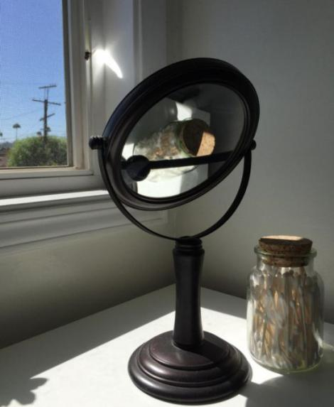 FOTO: Nu lăsa oglinda în soare, poți provoca un adevărat dezastru! Iată ce-a pățit o persoană care a făcut asta