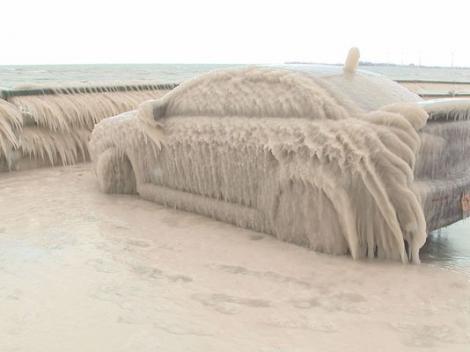 FOTO: Şi-a lăsat maşina în apropierea unei ape curgătoare, iar la întoarcere a avut parte de o surpriză colosală! Ce s-a întâmplat