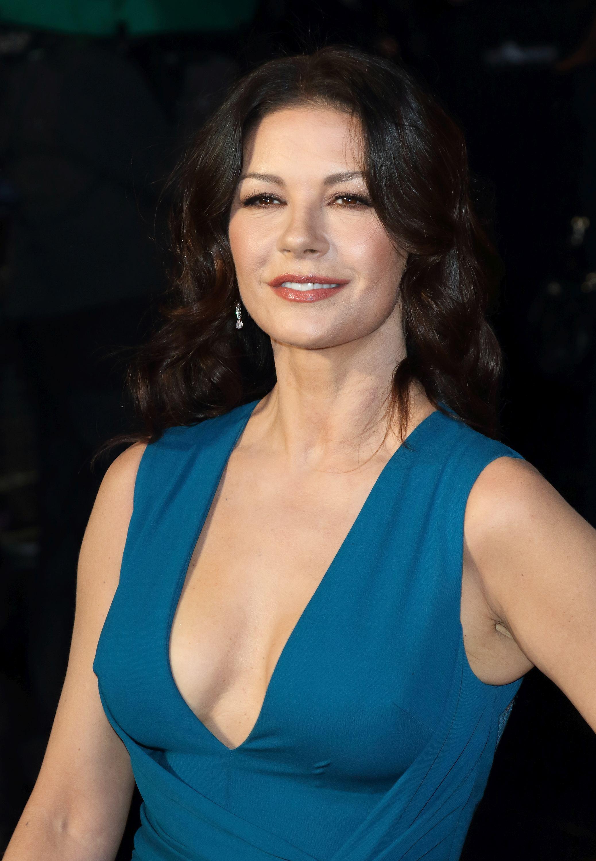 Galerie foto. Catherine Zeta Jones e mai sexy ca niciodată. Rochia vedetei le-a luat mințile fotografilor!