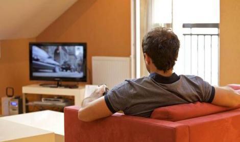 Cât de aproape trebuie să stăm față de televizor? Specialiștii au găsit distanța ideală, care te scapă de ochelarii de vedere!