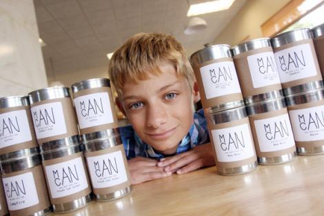 La 17 ani, acest puști este un antreprenor de succes! A început să vândă lumânări ca să aibă bani de o bicicletă, dar acum e bogat!