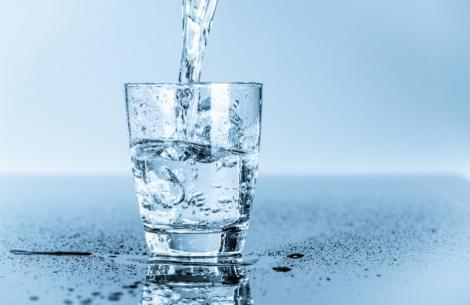 Încearcă acest truc! Adaugă un singur ingredient în apa pe care o bei şi vei fi încântată de rezultat