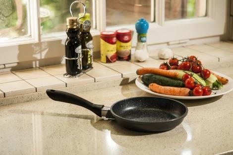 """CONCURS! AloShop pune la bătaie tigaia """"REGIS STONE PAN 28 cm"""". Gătește ca un adevărat CHEF!"""