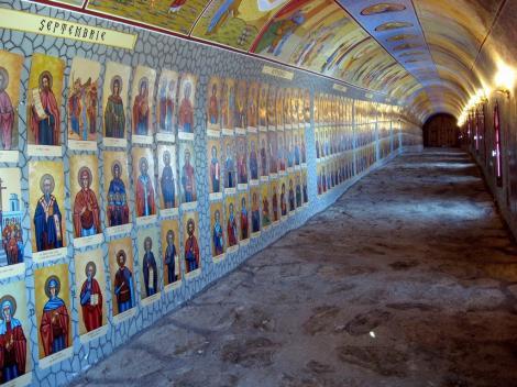 Un tunel din România adăpostește 365 de sfinți, câte unul pentru fiecare zi! O candelă este mutată în fața fiecărei icoane ce marchează data din calendar