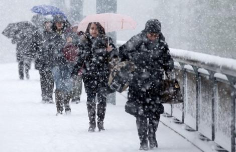 Vine iarna? Ploi, ninsori și intensificări ale vântului, începând de vineri seară, în toate regiunile