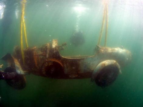 O mașină zăcea de 70 de ani pe fundul lacului când un scafandru a găsit-o. Ce a urmat e incredibil!