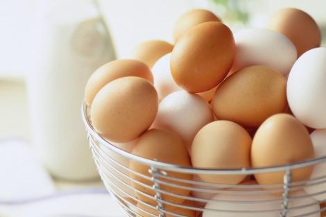 Care e diferența între ouăle albe și cele maronii? Diferența te va surprinde! Acum sigur  vei știi ce să cumperi!