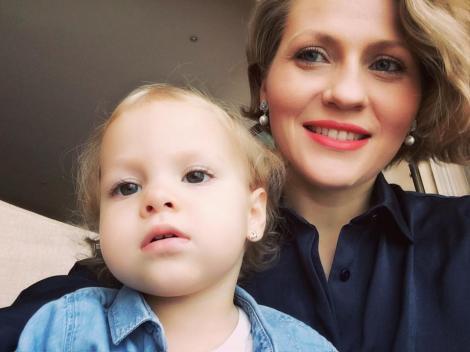 """Mirela Boureanu Vaida îți face o invitație: """"Ne vedem?"""" Micuța Carla își scoate mămica celebră la plimbare"""