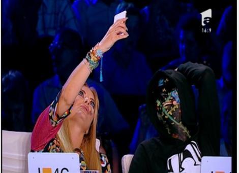 """Delia îl aduce în era tehnologiei! Ce se întâmplă când jurata X Factor îl convinge pe Carla's Dreams să intre pe Snapchat: """"El e cel mai tare filtru"""""""