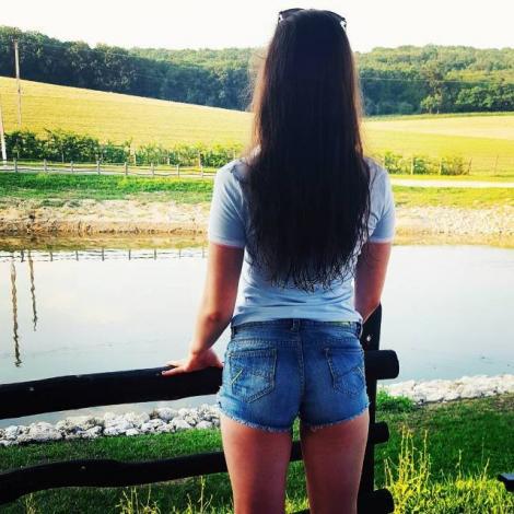Fiica minoră a unei cântărețe din Moldova se fotografiază dezgolită și pune pozele pe Instagram! Mama ei, în alertă!