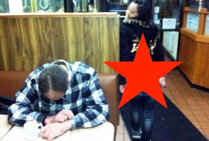 FOTO: Două femei și-au bătut joc de un bărbat care a adormit într-un bar! Ipostaza XXX în care s-au fotografiat