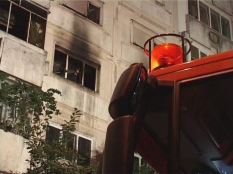 UPDATE: Incendiu la un bloc nou din București!  Pompierii au evacuat 40 de persoane