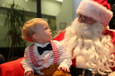 Nici Moş Crăciun nu este aşa iubit! FOTOGRAFIA ISTORICĂ adorată de milioane de copii din toată lumea!!