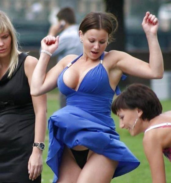 Atunci când te îmbraci super-sexy, vântul îi ajută pe bărbații din jur. Diva petrecerii a rămas fără apărare în fața tuturor!