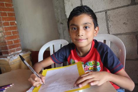 Un copilaș de pregătitoare din România i-a scris Moșului, iar scrisorica lui a ajuns la gunoi. Un bărbat a reacționat imediat! Continuarea te va face să plângi!