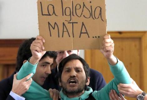 """""""Sunt gay, ţigan şi învăţător la Universitatea Străzii"""". El este românul care umple primele pagini ale ziarelor din Spania. Aşa-numitul Lagarder Danciu, extremist de meserie, trimis înapoi în România"""