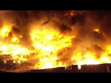 VIDEO: Un incendiu de proporţii  a făcut scrum un parc industrial din SUA. 200 de autospeciale au intervenit la fața locului