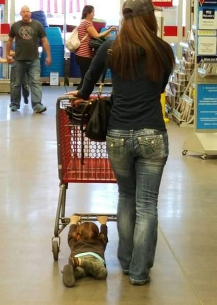 Foto. Atunci când cumpărăturile sunt mai importante decât copiii!