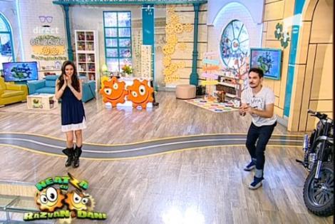 """Nebunie curatăă! Flavia s-a aplecat, Răzvan """"și-a luat-o"""" în față, iar în platou e dezastru: Bătaie cu ouă crude, în direct, la """"Neatza""""!"""