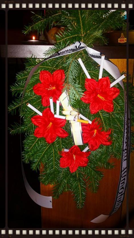 """Un ultim omagiu adus fumatului! Ce a stat scris pe COROANELE FUNERARE aduse la """"priveghi"""""""