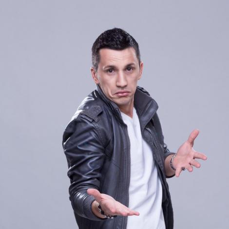"HAAHAAAAA! De la Flick, citire: ""Dragi români, starting today, the chiștoc is not ok/ You can smoke a CANCEROASĂ, only outside ori acasă""!"
