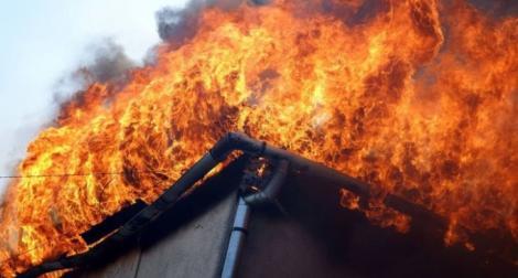 Un incendiu puternic a izbucnit la un depozit din Ploieşti. 1,5 tone de artificii, făcute scrum