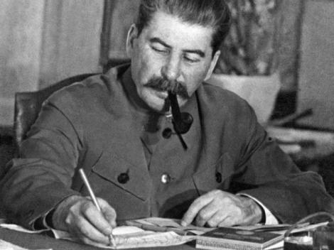Stalin se răsuceşte în mormânt! Rasă în cap, machiată strident şi plină de tatuaje. Nepoata fostului dictator rus şochează cu fiecare apariţie