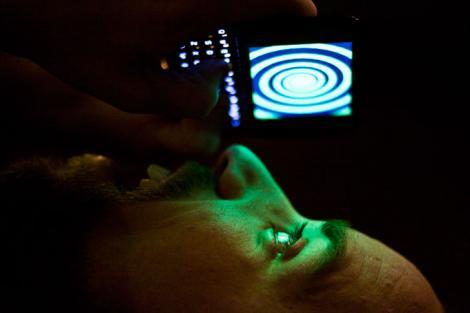 Folosirea telefonului înainte de culcare poate duce la orbire! Medicii avertizează asupra pericolului utilizării gadget-urilor pe întuneric