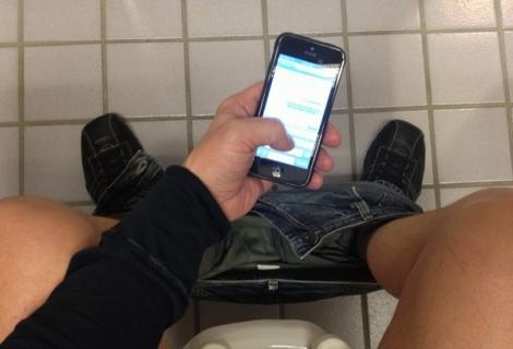 Ce se întâmplă dacă mergi la toaletă cu telefonul mobil! Milioane de oameni se expun acestui risc!