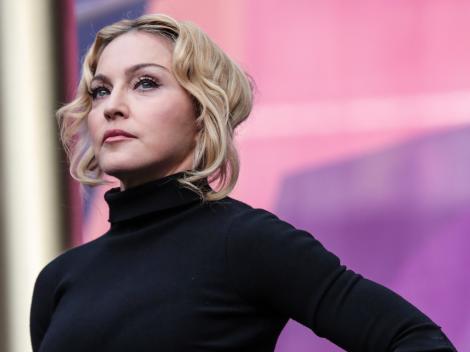 """Video! """"Unde e femeia puternică?"""", se întreabă presa din întreaga lume. Madonna a clacat pe scenă, în faţa a mii de oameni"""