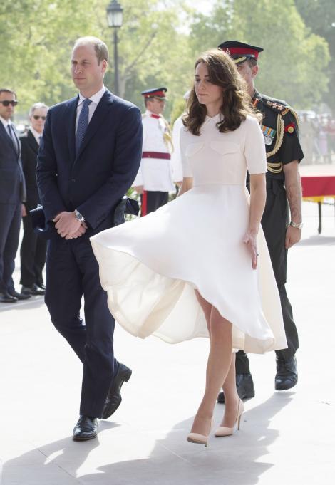 FOTO: Kate Middleton, o Marilyn Monroe a zilelor noastre! Vântul i-a creat probleme ducesei de Cambridge