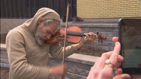 Un om al străzii a primit CADOUL vieţii lui şi a izbucnit în lacrimi. S-a bucurat mai mult decât dacă ar fi primit o casă